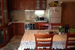 Кухня. Черногория, Крашичи : Трехэтажный дом возле пляжа и с видом на море, 4 спальни, 3 ванные комнаты, приватный дворик с барбекю, парковка, Wi-Fi