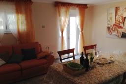 Гостиная. Черногория, Крашичи : Трехэтажный дом возле пляжа и с видом на море, 4 спальни, 3 ванные комнаты, приватный дворик с барбекю, парковка, Wi-Fi