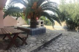 Территория. Черногория, Крашичи : Трехэтажный дом возле пляжа и с видом на море, 4 спальни, 3 ванные комнаты, приватный дворик с барбекю, парковка, Wi-Fi