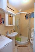 Ванная комната. Черногория, Герцег-Нови : Апартамент в 200 метрах от пляжа, с гостиной и отдельной спальней