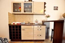 Кухня. Черногория, Тиват : Прекрасная вилла с зеленым двориком и видом на море, 2 гостиные, 5 спален, 3 ванные комнаты, Wi-Fi