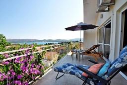 Балкон. Черногория, Тиват : Прекрасная вилла с зеленым двориком и видом на море, 2 гостиные, 5 спален, 3 ванные комнаты, Wi-Fi