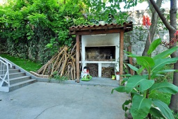 Территория. Черногория, Тиват : Прекрасная вилла с зеленым двориком и видом на море, 2 гостиные, 5 спален, 3 ванные комнаты, Wi-Fi