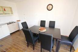 Обеденная зона. Черногория, Бечичи : Апартамент для 10-12 человек, c 2-мя гостиными, 4-мя отдельными спальнями, 2-мя ванными комнатами и 2-мя балконами
