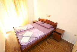 Спальня 2. Черногория, Бечичи : Апартамент для 10-12 человек, c 2-мя гостиными, 4-мя отдельными спальнями, 2-мя ванными комнатами и 2-мя балконами