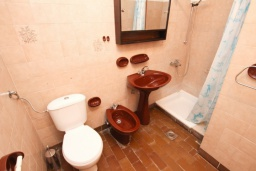 Ванная комната. Черногория, Бечичи : Апартамент для 10-12 человек, c 2-мя гостиными, 4-мя отдельными спальнями, 2-мя ванными комнатами и 2-мя балконами