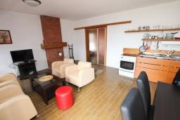 Гостиная. Черногория, Бечичи : Апартамент для 10-12 человек, c 2-мя гостиными, 4-мя отдельными спальнями, 2-мя ванными комнатами и 2-мя балконами