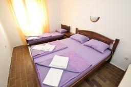 Спальня 3. Черногория, Бечичи : Апартамент для 10-12 человек, c 2-мя гостиными, 4-мя отдельными спальнями, 2-мя ванными комнатами и 2-мя балконами