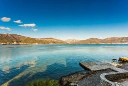 Вид на море. Черногория, Крашичи : Роскошная пляжная вилла с бассейном и двориком, 5 спален, 5 ванных комнат, сауна, барбекю, парковка, Wi-Fi
