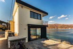 Фасад дома. Черногория, Крашичи : Роскошная пляжная вилла с бассейном и двориком, 5 спален, 5 ванных комнат, сауна, барбекю, парковка, Wi-Fi