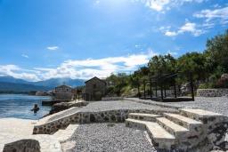 Территория. Черногория, Крашичи : Роскошная вилла пляжная вилла с бассейном и приватным двориком, 5 спален, 6 ванных комнат, парковка, Wi-Fi