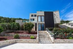 Фасад дома. Черногория, Крашичи : Роскошная вилла пляжная вилла с бассейном и приватным двориком, 5 спален, 6 ванных комнат, парковка, Wi-Fi