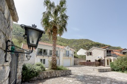 Территория. Черногория, Столив : Комплекс из двух роскошных вилл в 50 метрах от пляжа, с бассейном и зеленым двориком, 6 спален, 6 ванных комнат, джакузи, бильярд, парковка, Wi-Fi