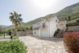 Фасад дома. Черногория, Столив : Комплекс из двух роскошных вилл в 50 метрах от пляжа, с бассейном и зеленым двориком, 6 спален, 6 ванных комнат, джакузи, бильярд, парковка, Wi-Fi