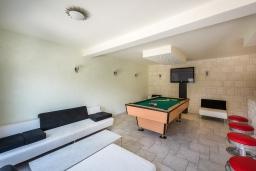 Гостиная. Черногория, Столив : Комплекс из двух роскошных вилл в 50 метрах от пляжа, с бассейном и зеленым двориком, 6 спален, 6 ванных комнат, джакузи, бильярд, парковка, Wi-Fi