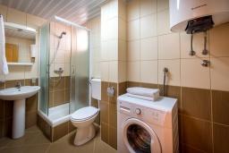 Ванная комната. Черногория, Бечичи : Апартамент с большой гостиной, тремя спальнями и балконом