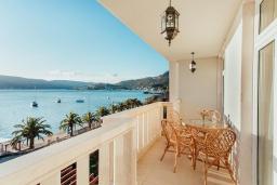 Балкон. Черногория, Зеленика : Роскошная вилла в 20 метрах от пляжа и с шикарным видом на море, 4 спальни, 2 ванные комнаты, бассейн, зеленый дворик, парковка, Wi-Fi