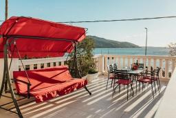 Терраса. Черногория, Зеленика : Роскошная вилла в 20 метрах от пляжа и с шикарным видом на море, 4 спальни, 2 ванные комнаты, бассейн, зеленый дворик, парковка, Wi-Fi