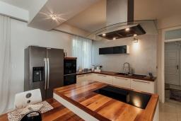 Кухня. Черногория, Зеленика : Роскошная вилла в 20 метрах от пляжа и с шикарным видом на море, 4 спальни, 2 ванные комнаты, бассейн, зеленый дворик, парковка, Wi-Fi