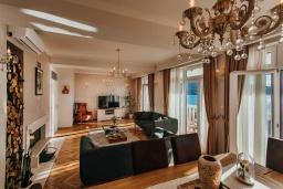 Гостиная. Черногория, Зеленика : Роскошная вилла в 20 метрах от пляжа и с шикарным видом на море, 4 спальни, 2 ванные комнаты, бассейн, зеленый дворик, парковка, Wi-Fi