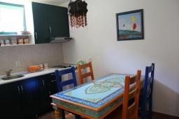 Кухня. Черногория, Костаньица : Апартамент для 2 человек с отдельной спальней, садом и террасой, 10 метров до пляжа