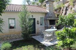 Терраса. Черногория, Костаньица : Апартамент для 2 человек с отдельной спальней, садом и террасой, 10 метров до пляжа