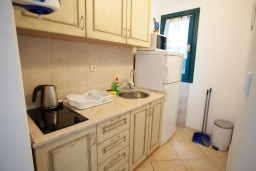 Кухня. Черногория, Костаньица : Апартамент для 3 человек с двумя спальнями и балконом с шикарным видом на море, 10 метров до пляжа