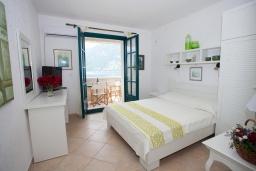 Спальня. Черногория, Костаньица : Апартамент для 3 человек с двумя спальнями и балконом с шикарным видом на море, 10 метров до пляжа