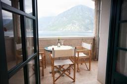 Балкон. Черногория, Костаньица : Апартамент для 3 человек с двумя спальнями и балконом с шикарным видом на море, 10 метров до пляжа