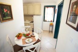 Кухня. Черногория, Костаньица : Апартамент для 4 человек с двумя спальнями и балконом с шикарным видом на море, 10 метров до пляжа