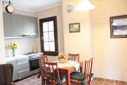 Кухня. Черногория, Костаньица : Апартамент для 4 человек гостиной, двумя спальнями и большим балконом с шикарным видом на море, 10 метров до пляжа