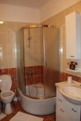 Ванная комната. Черногория, Костаньица : Апартамент для 4 человек гостиной, двумя спальнями и большим балконом с шикарным видом на море, 10 метров до пляжа