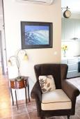 Гостиная. Черногория, Костаньица : Апартамент для 4 человек гостиной, двумя спальнями и большим балконом с шикарным видом на море, 10 метров до пляжа