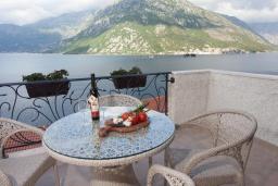 Балкон. Черногория, Костаньица : Апартамент для 4 человек гостиной, двумя спальнями и большим балконом с шикарным видом на море, 10 метров до пляжа