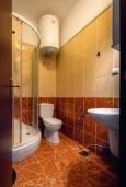 Ванная комната. Черногория, Костаньица : Апартамент для 2 человек с отдельной спальней и террасой с шикарным видом на море, 10 метров до пляжа