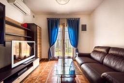 Гостиная. Черногория, Костаньица : Апартамент для 2 человек с отдельной спальней и террасой с шикарным видом на море, 10 метров до пляжа