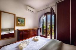 Спальня. Черногория, Костаньица : Апартамент для 2 человек с отдельной спальней и террасой с шикарным видом на море, 10 метров до пляжа