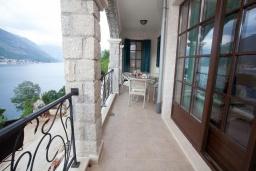 Балкон. Черногория, Костаньица : Апартамент для 4 человек с двумя спальнями и балконом с шикарным видом на море, 10 метров до пляжа