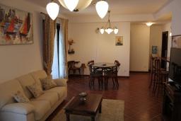 Гостиная. Черногория, Костаньица : Апартамент для 5 человек с двумя спальнями, двумя ванными комнатами и балконом с шикарным видом на море, 10 метров до пляжа