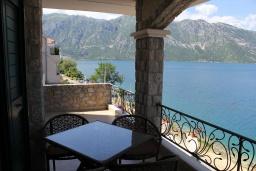 Балкон. Черногория, Костаньица : Апартамент для 5 человек с двумя спальнями, двумя ванными комнатами и балконом с шикарным видом на море, 10 метров до пляжа
