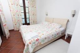 Спальня. Черногория, Костаньица : Апартамент для 5 человек с двумя спальнями, двумя ванными комнатами и балконом с шикарным видом на море, 10 метров до пляжа