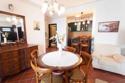 Обеденная зона. Черногория, Костаньица : Апартамент для 5 человек с двумя спальнями, двумя ванными комнатами и балконом с шикарным видом на море, 10 метров до пляжа