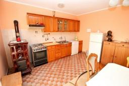 Кухня. Черногория, Игало : Апартамент для 6 человек с двумя отдельными спальнями, с двумя террасами и видом на море