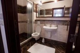 Ванная комната. Черногория, Костаньица : Апартамент для 5 человек с двумя спальнями, двумя ванными комнатами и балконом с шикарным видом на море, 10 метров до пляжа