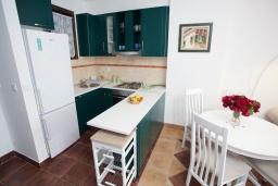 Кухня. Черногория, Костаньица : Апартамент для 2 человек с отдельной спальней и балконом с шикарным видом на море, 10 метров до пляжа