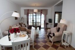 Гостиная. Черногория, Костаньица : Апартамент для 2 человек с отдельной спальней и балконом с шикарным видом на море, 10 метров до пляжа
