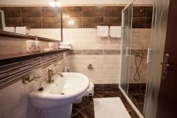 Ванная комната. Черногория, Костаньица : Апартамент для 2 человек с отдельной спальней и балконом с шикарным видом на море, 10 метров до пляжа