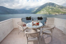Балкон. Черногория, Костаньица : Роскошный апартамент для 6 человек с тремя спальнями и балконом с шикарным видом на море, 10 метров до пляжа