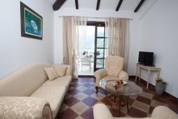 Гостиная. Черногория, Костаньица : Роскошный апартамент для 6 человек с тремя спальнями и балконом с шикарным видом на море, 10 метров до пляжа