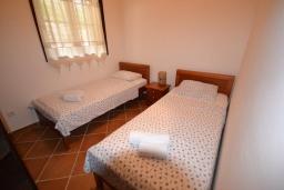 Спальня 2. Черногория, Костаньица : Роскошный апартамент для 6 человек с тремя спальнями и балконом с шикарным видом на море, 10 метров до пляжа